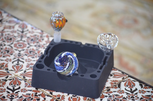 glass-bong-bowls-in-ashtray